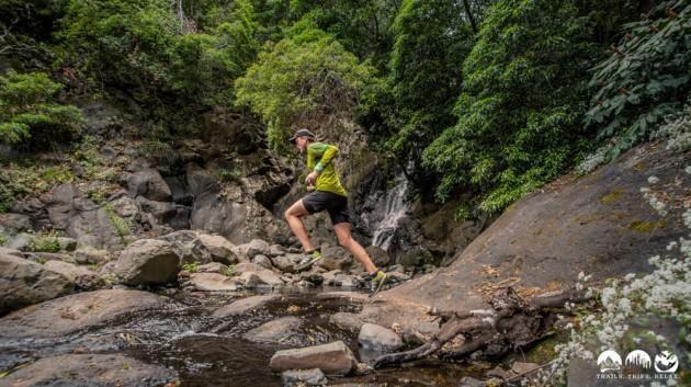 Laufen vor dem Wasserfall
