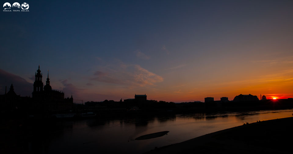 Dresden bei Sonnenuntergang an der Elbe mit Hofkirche