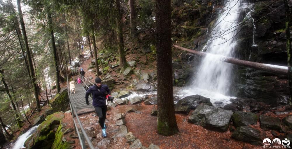 Am Wasserfall entlang
