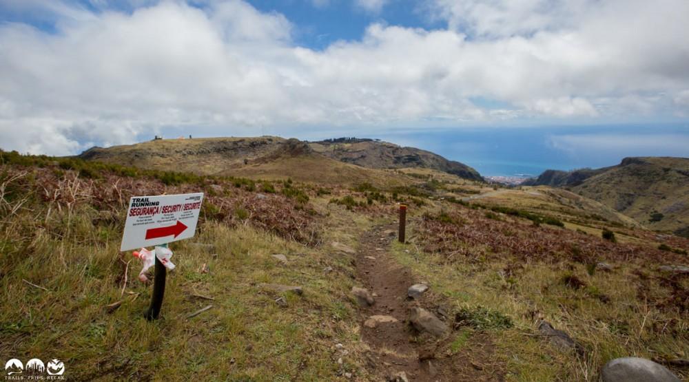 Entlang auf echten Trails Unten am Meer ist Funchal zu sehen.