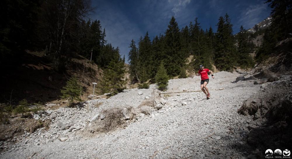 Ich liebe Downhill. Vor allem auf Schotter. Da kann man Speed aufnehmen.