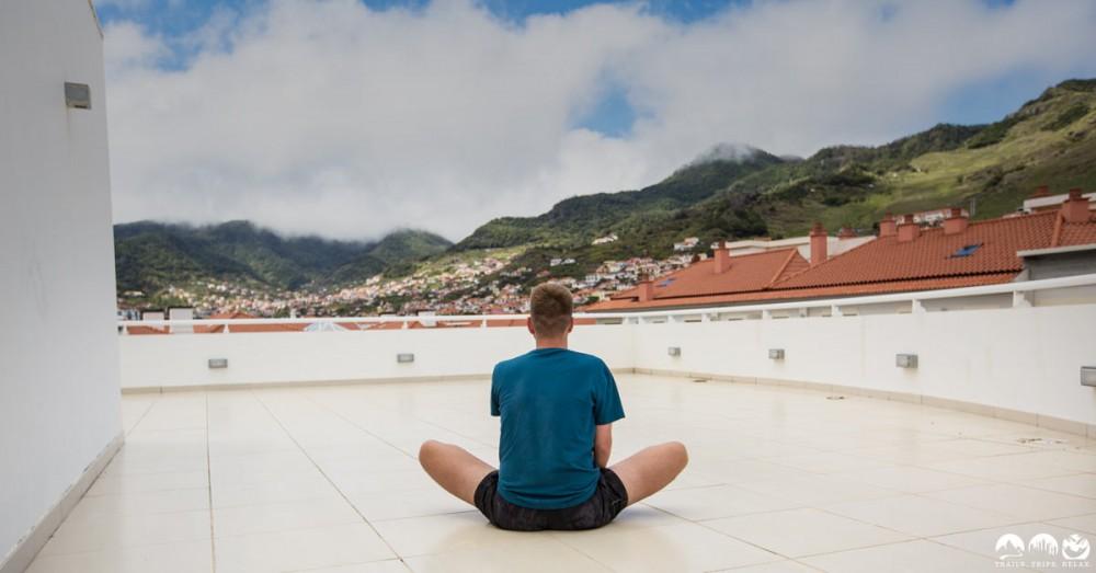 Auf dem Dach des White Water Hotel dehnen. Wie jedes Jahr ein Teil der Vorbereitung.