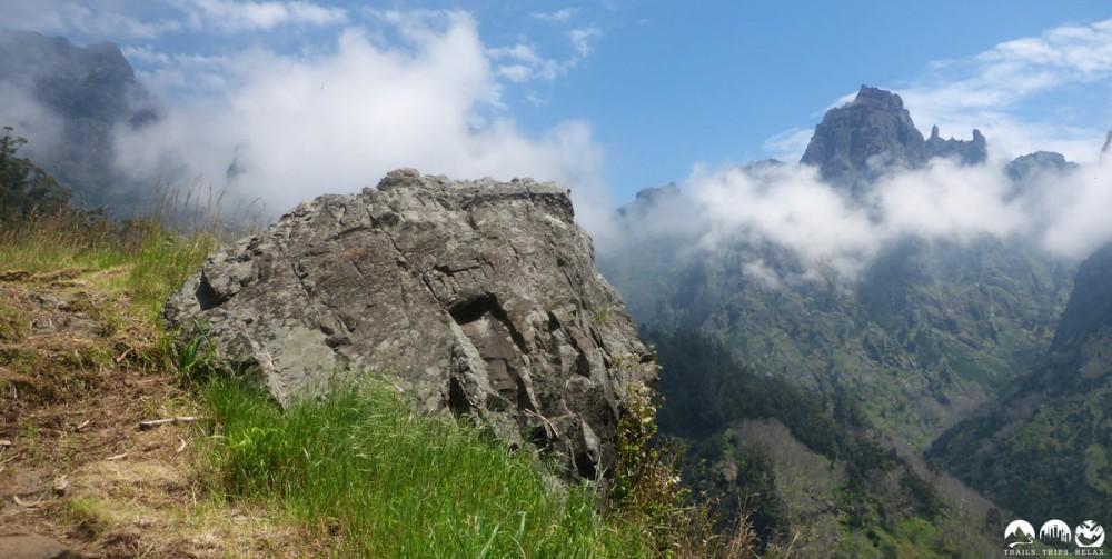 Ab und zu gibt es uns den Blick zu den Gipfeln frei
