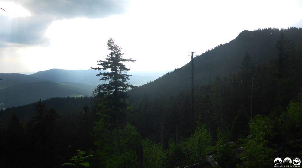 Dunkle Stimmung auf dem Weg zum Osser Riese Gipfel