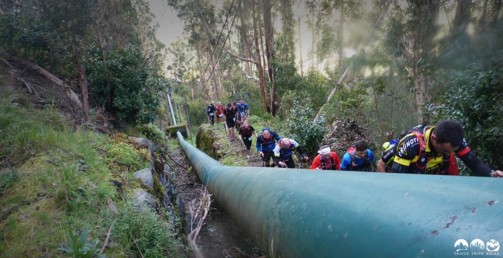 Der Aufstieg entlang der Wasser-Pipeline