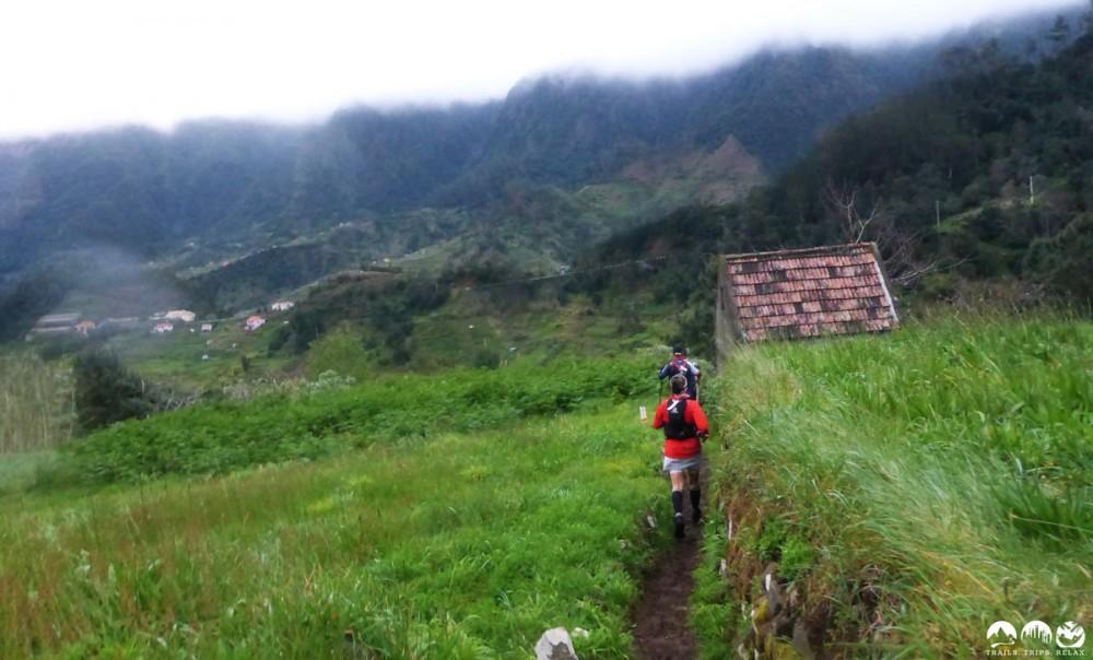 Wiesen Downhill durch die Felder