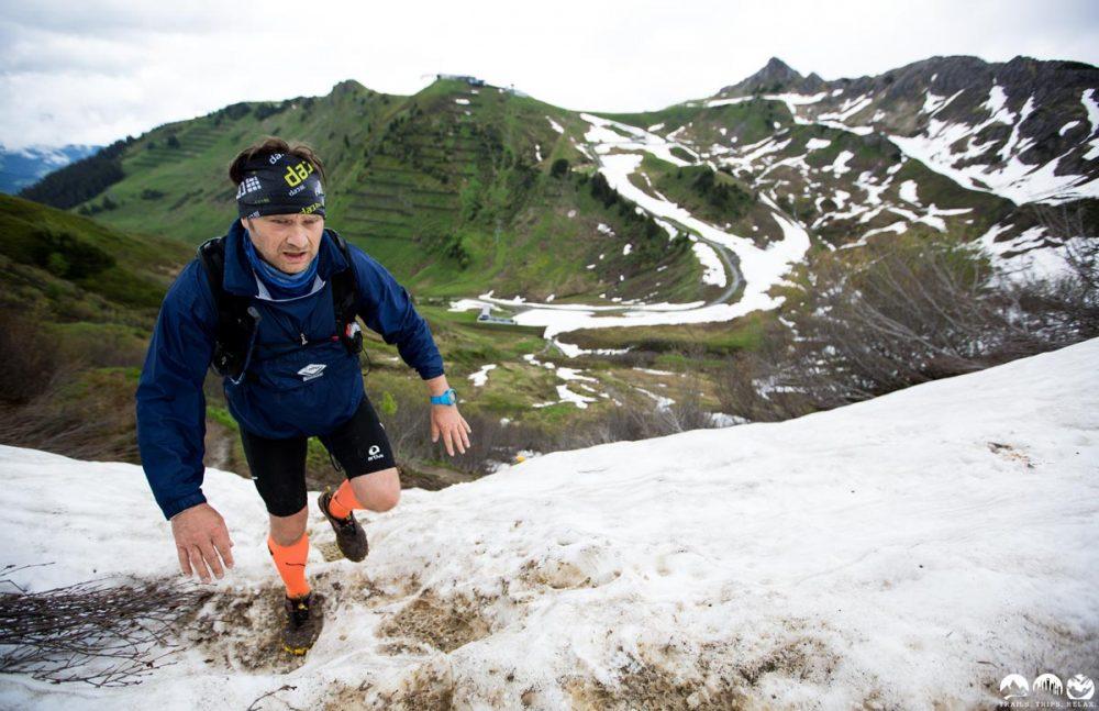 Dirk kämpft sich im Schnee den Berg hoch