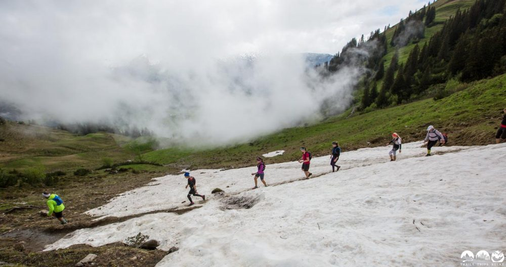 Quer übers Schneefeld rennen an der Kuhgehrenspitze Richtung Riezerln