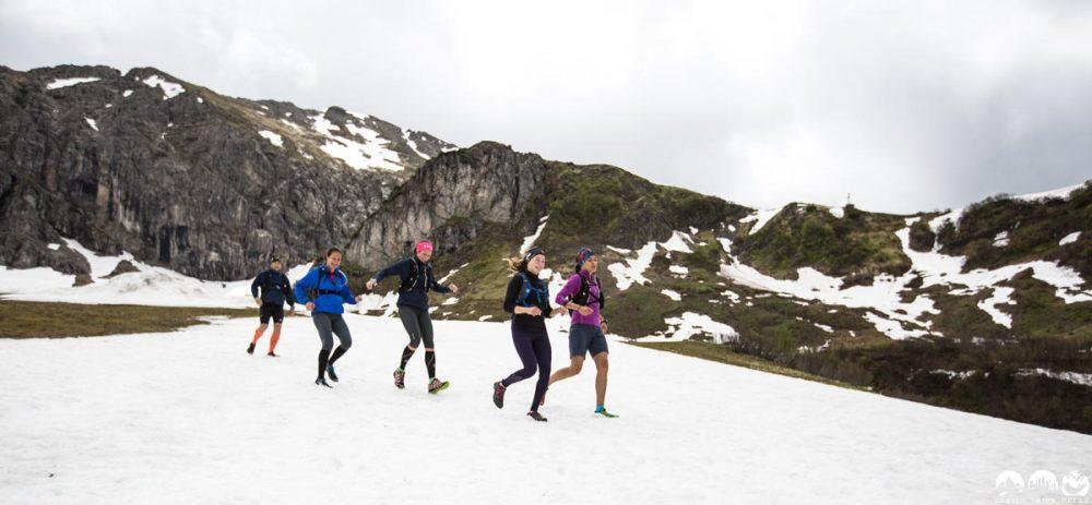 Quer übers Schneefeld rennen an der Kuhgehrenspitze