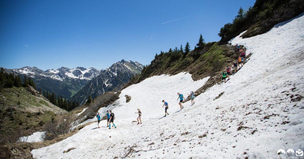 Quer übers Schneefeld rennen am Walmendinger Horn