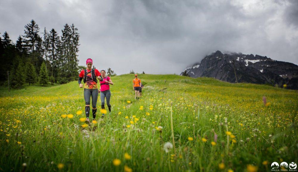 Downhill über die Wiese nach Riezerln