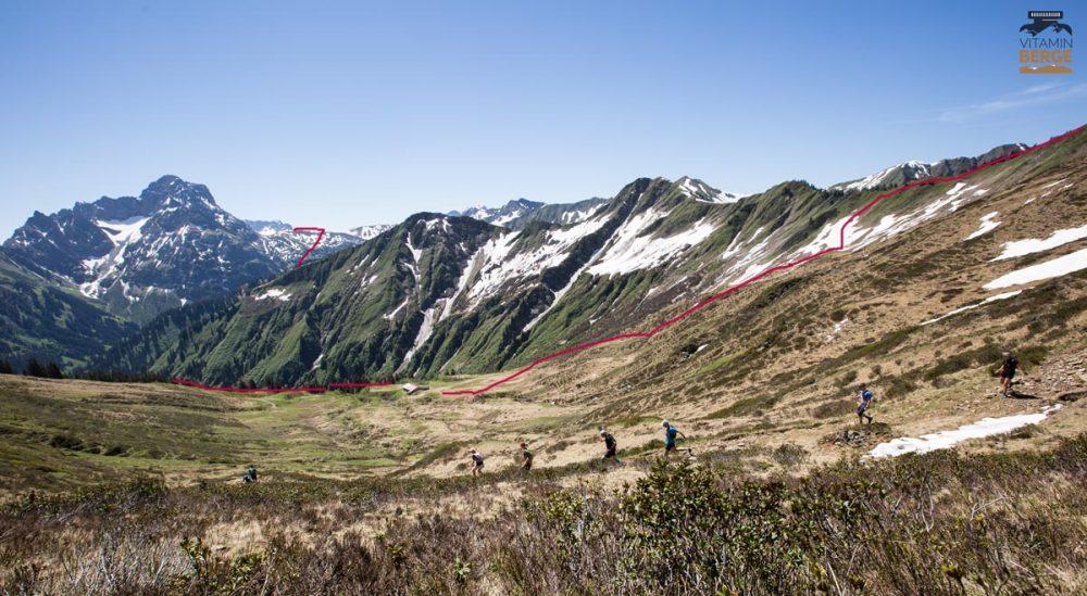 (rote Linie) Abstieg vom Grünhorn via Starzelalpe nach Baad. Im Hintergrund der Widderstein