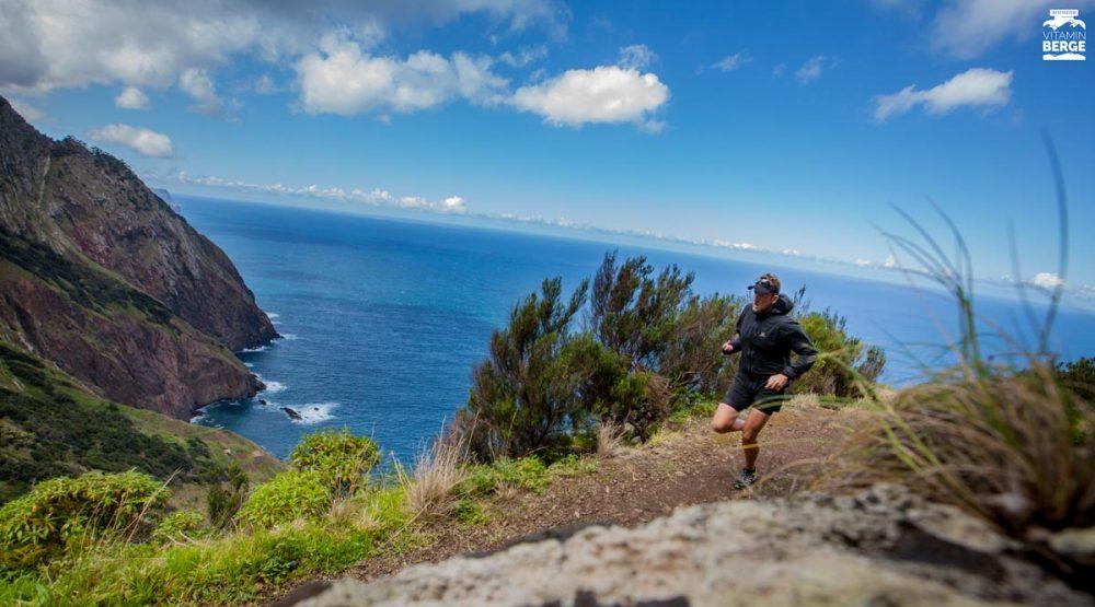 Mein liebstes Selfie an der Boca do Risco auf Madeira. Die Kamera liegt auf einem Felsvorsprung.