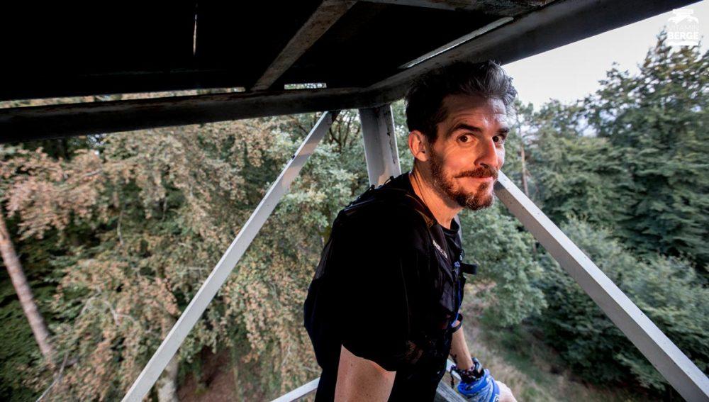 Anthony besteigt den Eyberg-Turm im Abendlicht
