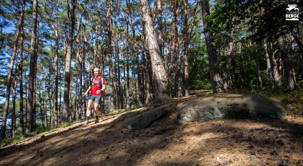 Katja durch den Wald bergab.
