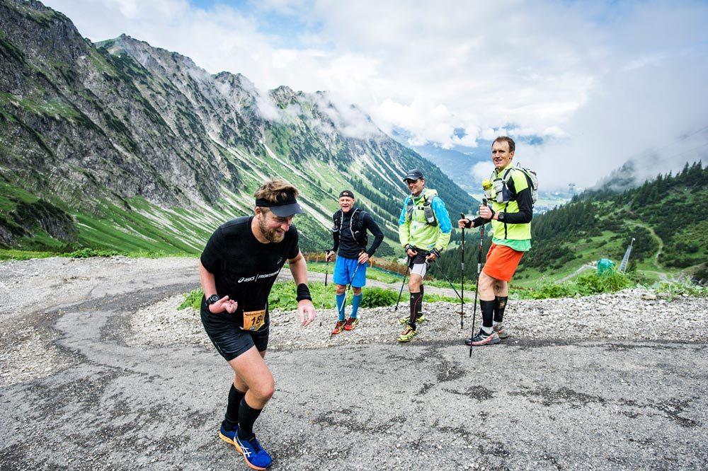 Dominik arbeitete auch nach senem Geburtstag und erwischte mich am Latschenhang beim Nebelhorn-Berglauf.