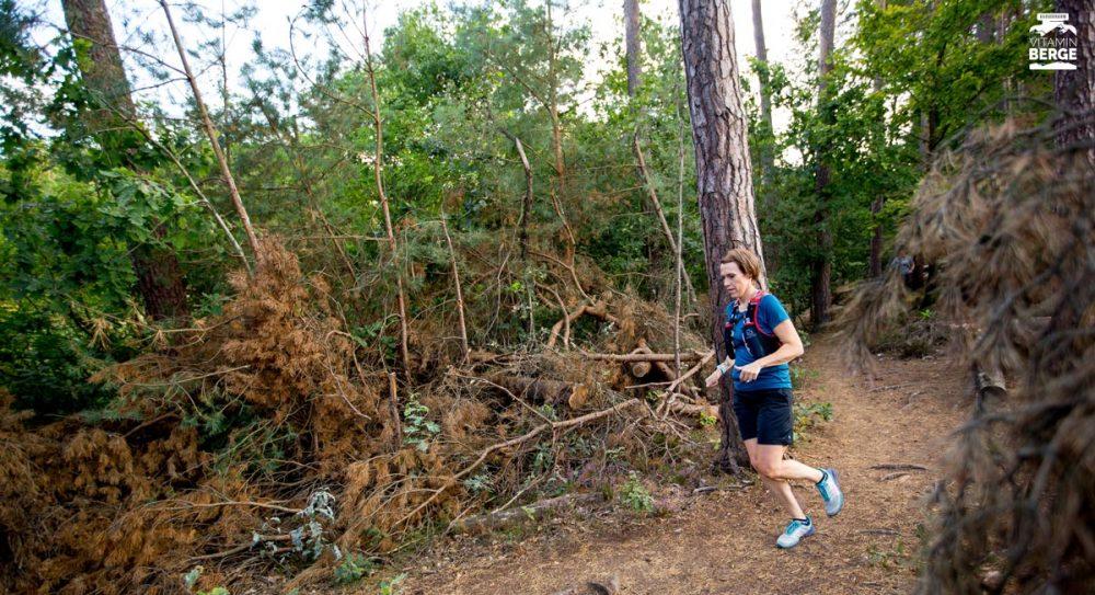 Steffi läuft durch Unterholz