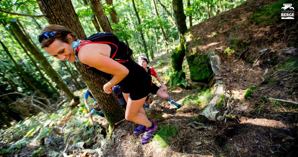 Steiler Uphill im Wald. Da helfen Bäume