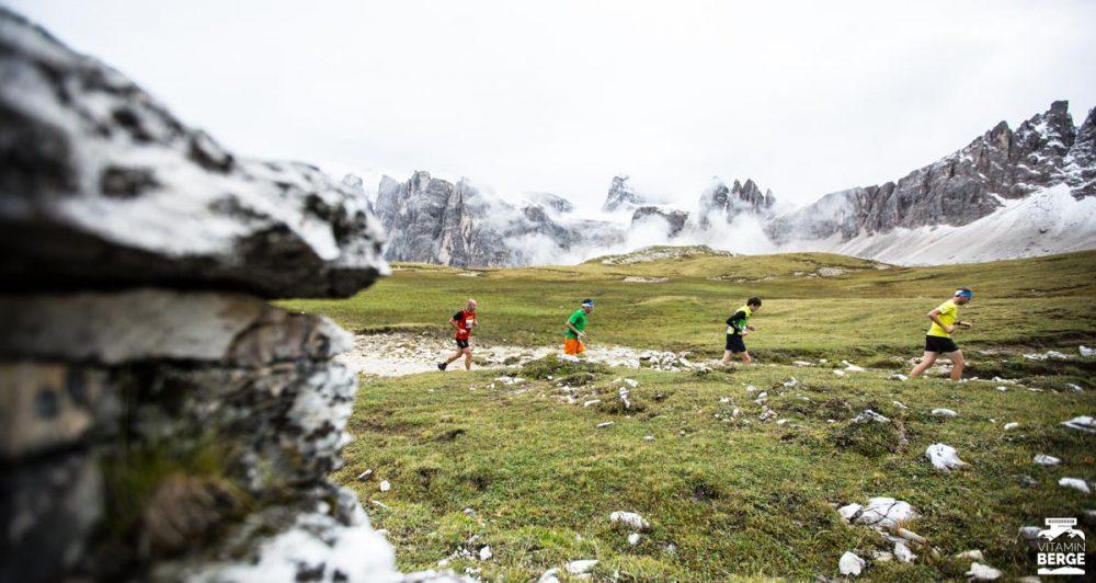 Vor der Kulisse der verschneiten Dolomiten