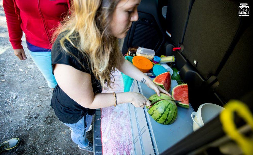 Jenny schneidet Wassermelonen. Lecker!