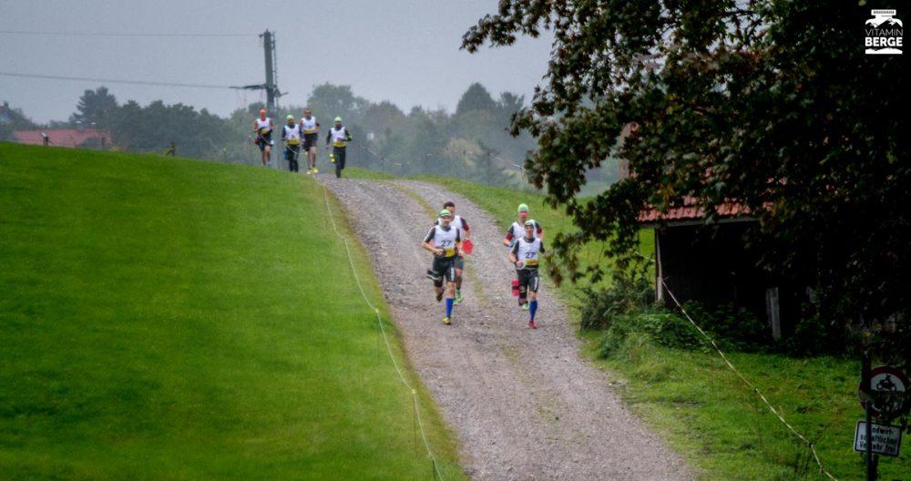 Die führenden Teams kurz nach dem Start in Oy-Mittelberg