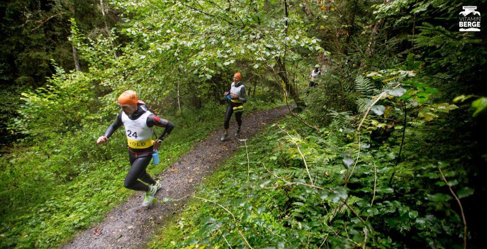 Ein Swimrun-Team auf dem Trail im Wald.