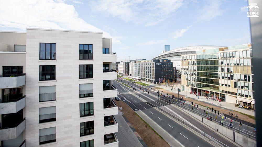 Blick aus dem Hotel auf die Strecke des Frankfurt Marathon.