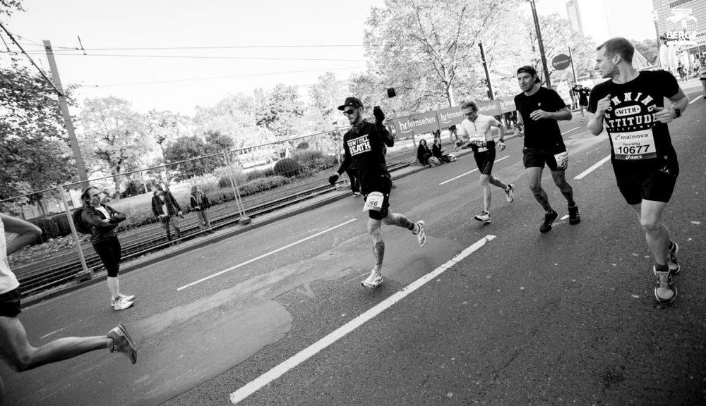 Sascha filmt seinen Marathon Rookie kurz vor dem Zieleinlauf.