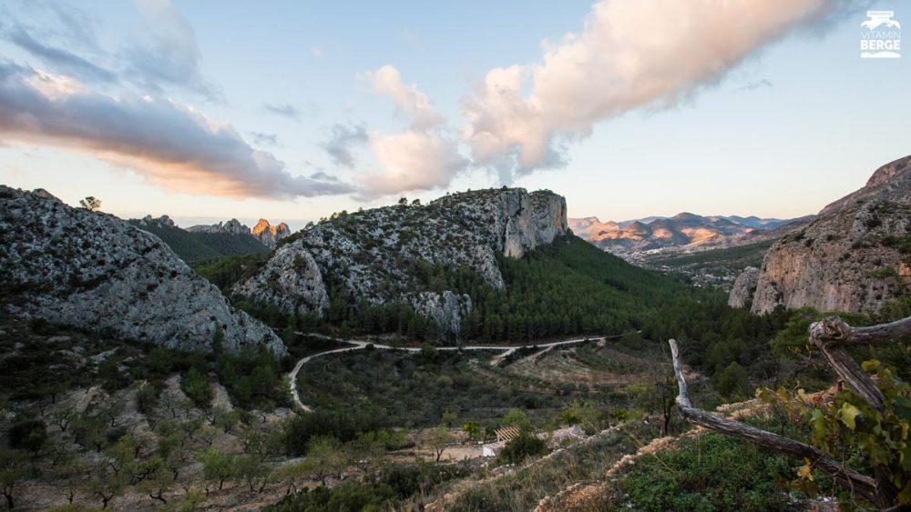 Ausblick von der Terrasse auf das Klettergebiet von Sella