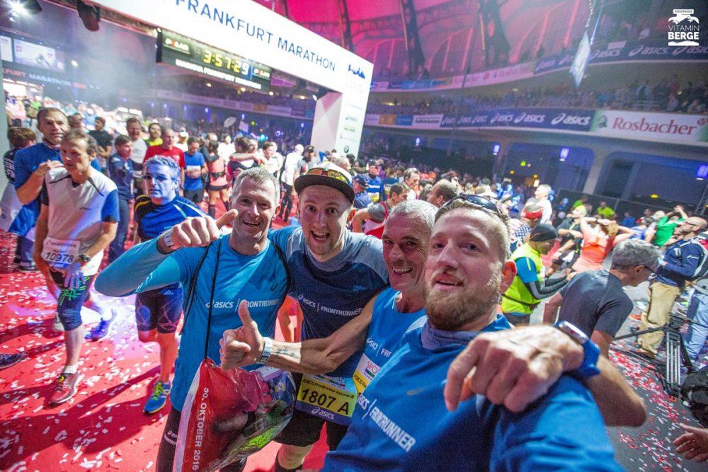 Unsere Staffel beim Frankfurt Marathon. Aki, Chris, Wilhelm und ich. Danke euch! War ein Fest.