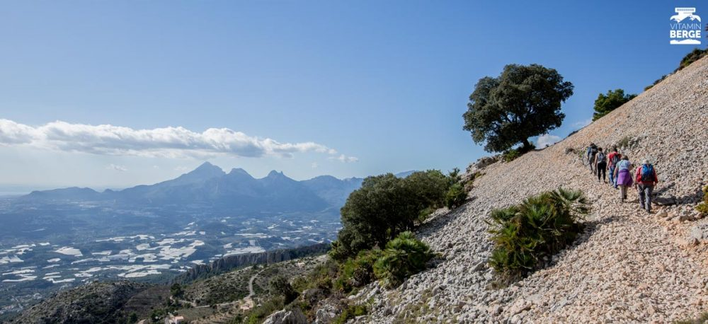 Wandern am Bernia Massiv mit Blick zum Puig Campana