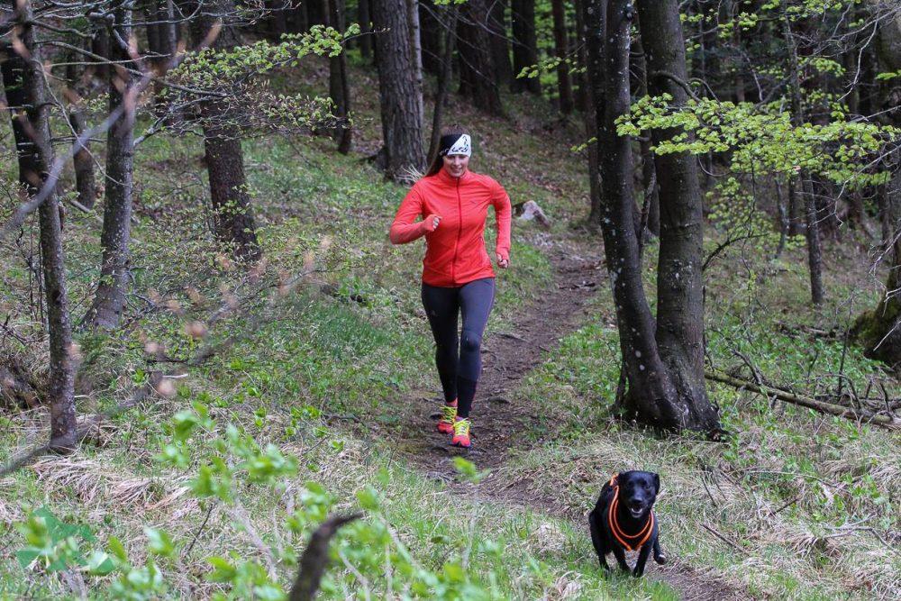 Sabrina und Luke beim Trailrunning