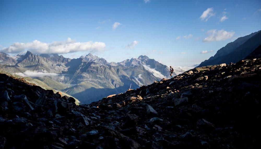 Downhill auf einem Schuttgrat vor der Kulisse der Pitztaler Bergwelt.