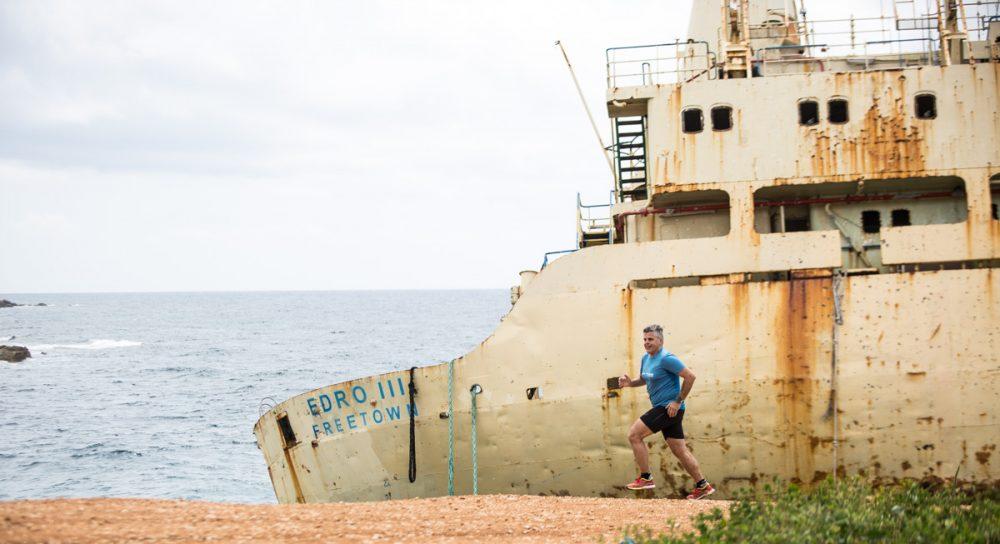 Gianni beim Shooting vor dem Schiff.