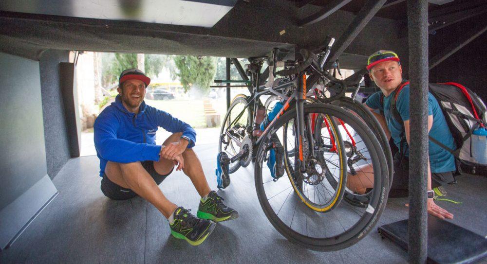 Nicht ohne mein Bike! Jan und Sebastian wollen ihr Rad nicht alleine lassen.