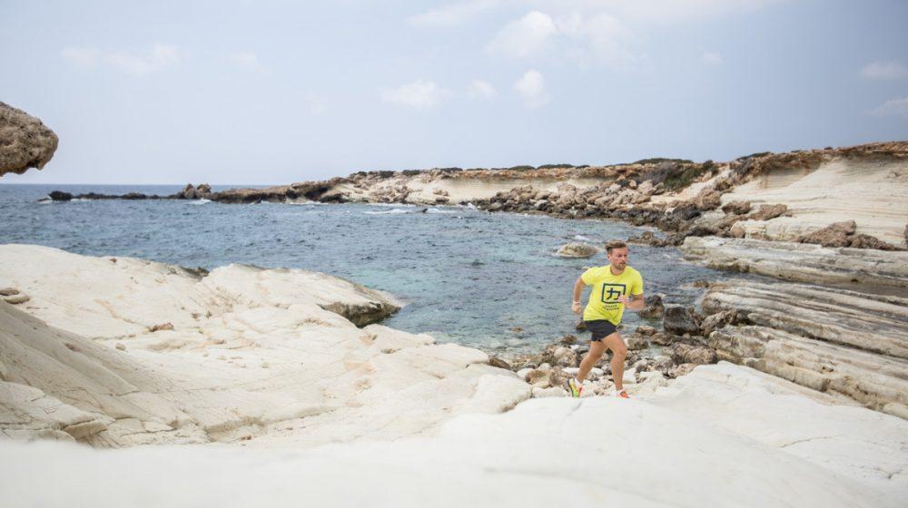 Nico läuft am weißen Felsen