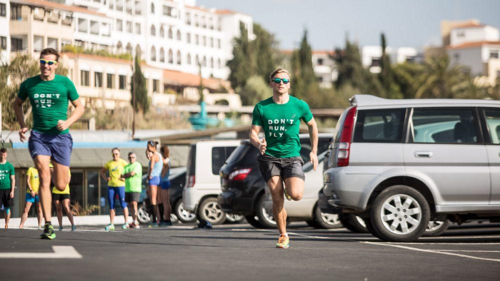 Nico sprintet auf dem Parkplatz