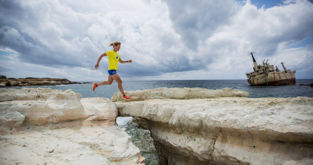 Rieke sprint über den Felsspalt