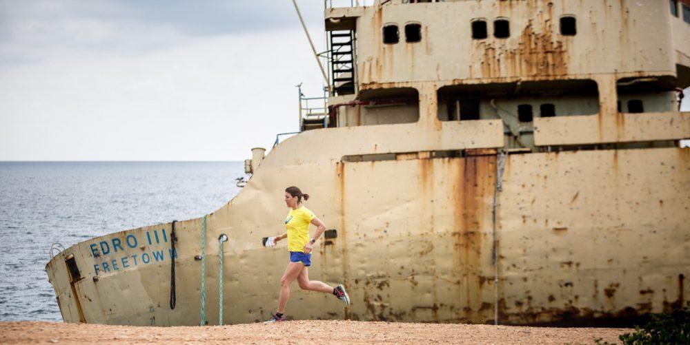 Nicole rennt vor dem Schiff