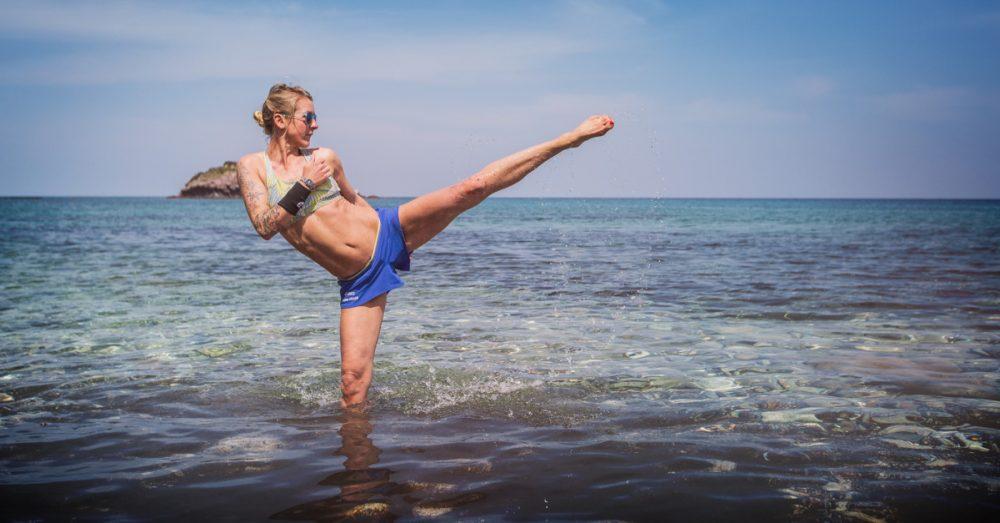 Sonja macht den Kick im Meer