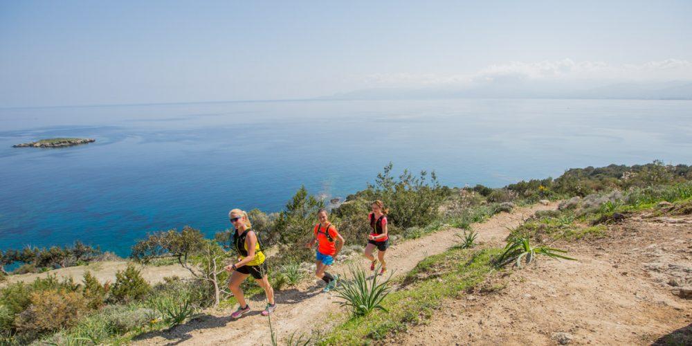 An der Küste Zyperns auf Trails bergauf