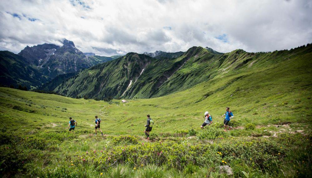 Trail vor dem Panorama mit dem Widderstein
