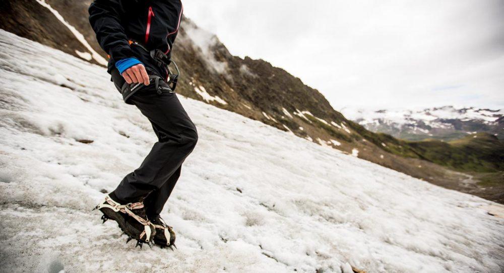 Test der Steigeisen auf dem Gletscher